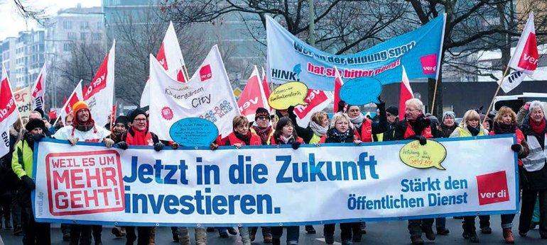 Kolleginnen und Kollegen demonstrieren vor Beginn der Verhandlungen in Berlin für ihre Forderungen