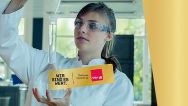 Abbildung Frau im Labor untersucht Wasser. Wort-Bildmarke: Wir sind es wert.