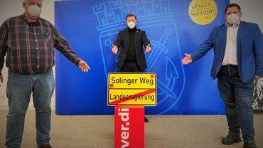Übergabe Schild Solinger Weg an den OB