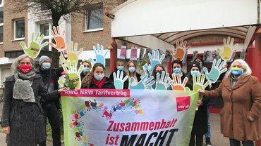 Fotoaktion zum Internationalen Frauentag. Mehr Geld und Tarifbindung bei der AWO